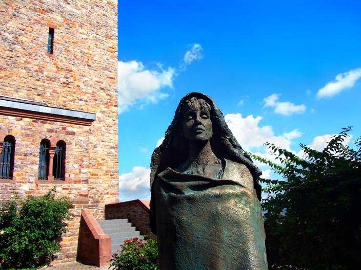 Hildegard-Statue am Kloster