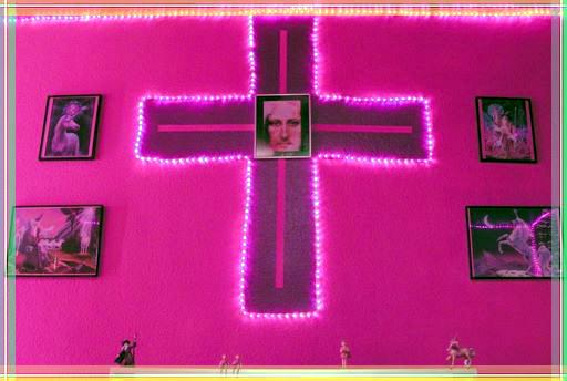 Leuchtendes Kreuz in Pink