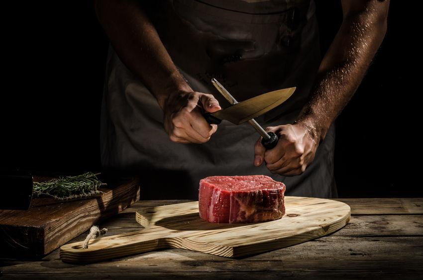 Metzger wetzt das Messer