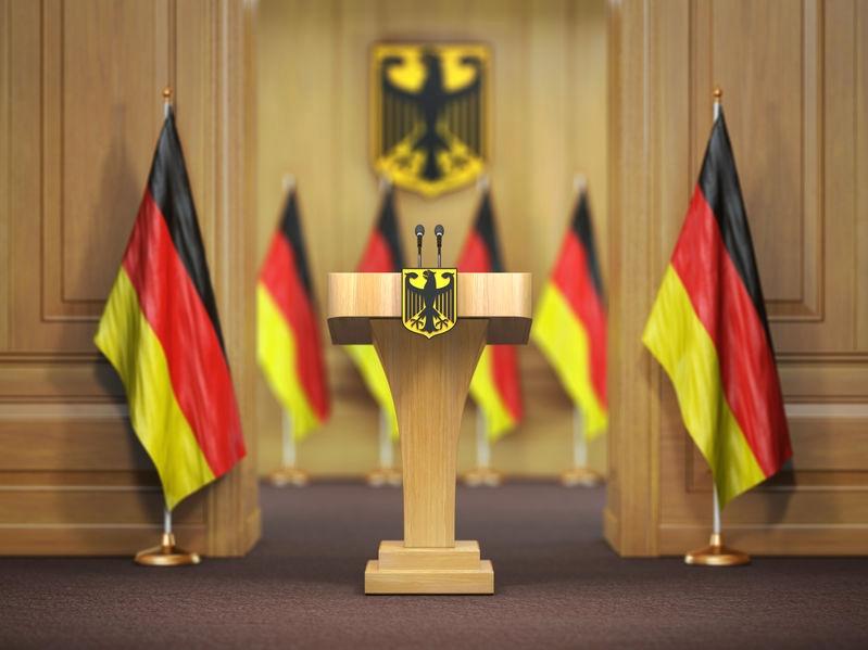 Verlautbarungsort des Ministerpräsidsenten - Fahnen und Bundesadler