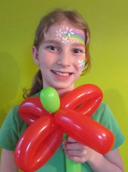 Frühlingsgrüße mit Luftballons und Kinderschminke