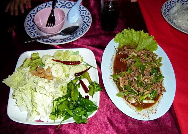 Salatgemüse mit gehacktem Fisch