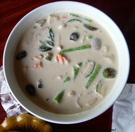 Suppe mit Pilzen und Huhn