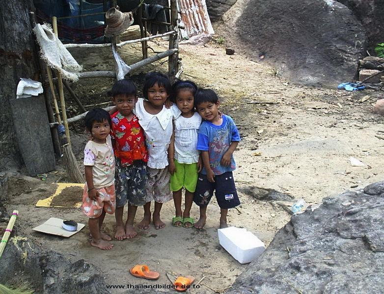 zufriedene Kinder auf dem Land