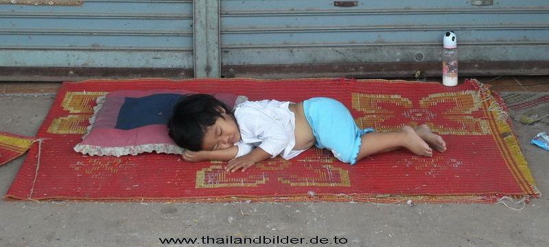Kind schläft auf dem Boden