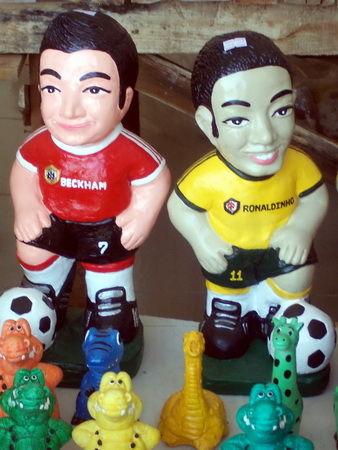 Beckham und Ronaldino Steinfiguren