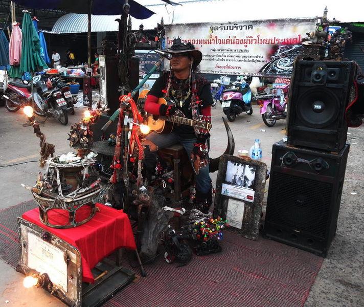 Strassenmusiker auf dem Dorfplatz