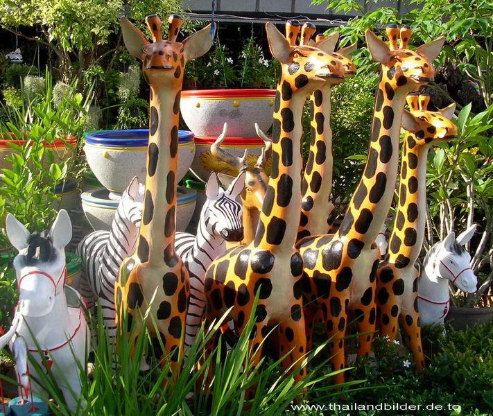 Steinfiguren Giraffen und Zebra