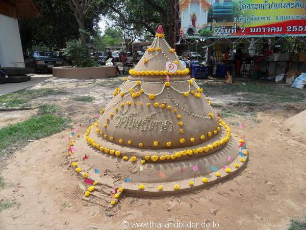 Sandskulptur mit Blumen