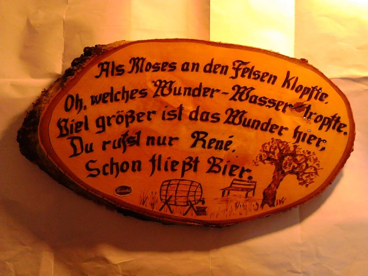 Änderungsarbeit an einem bestehenden Schild (wegschleifen des alten Namens, in angeglichener Schrift neu brennen und wieder mit Lack versiegeln)