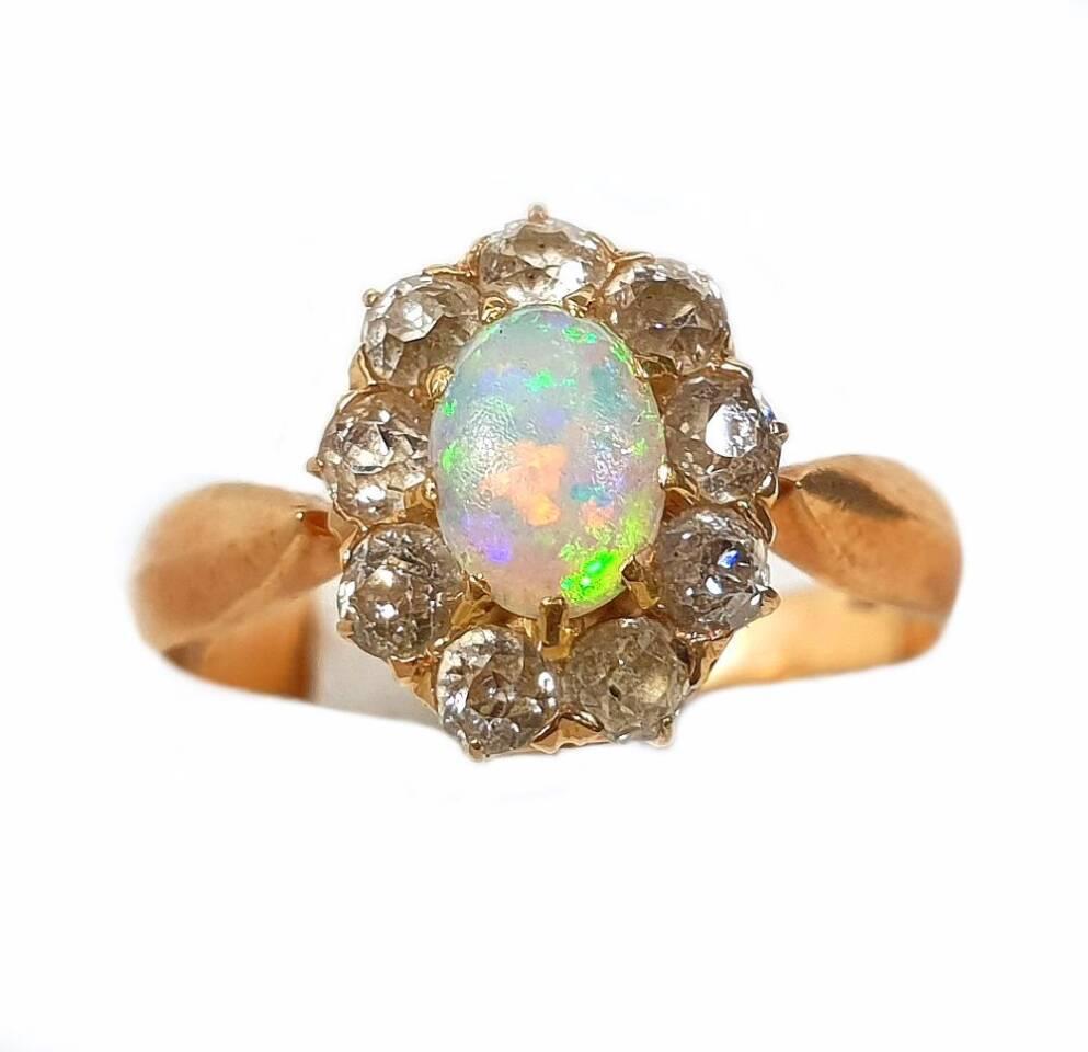 Damen Brilliant Goldring mit einem schönen Opal, umrundet von 9 Brillianten
