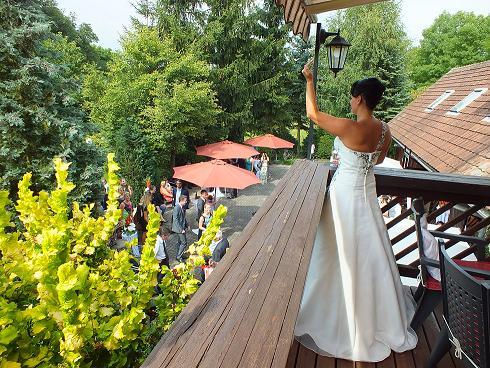 Die Braut grüßt vom Künstlerhof-Balkon