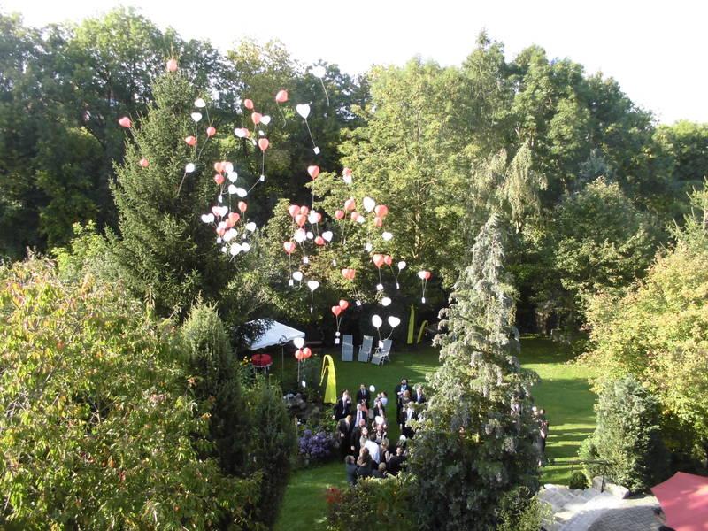Hochzeit feiern im Künstlerhof-Garten in Unterfeldbrecht