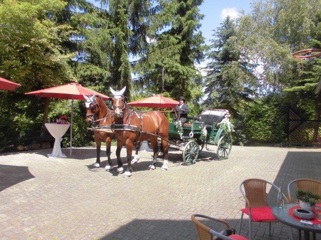 Im Künstlerhof-Hof: Die Hochzeits-Kutsche kommt