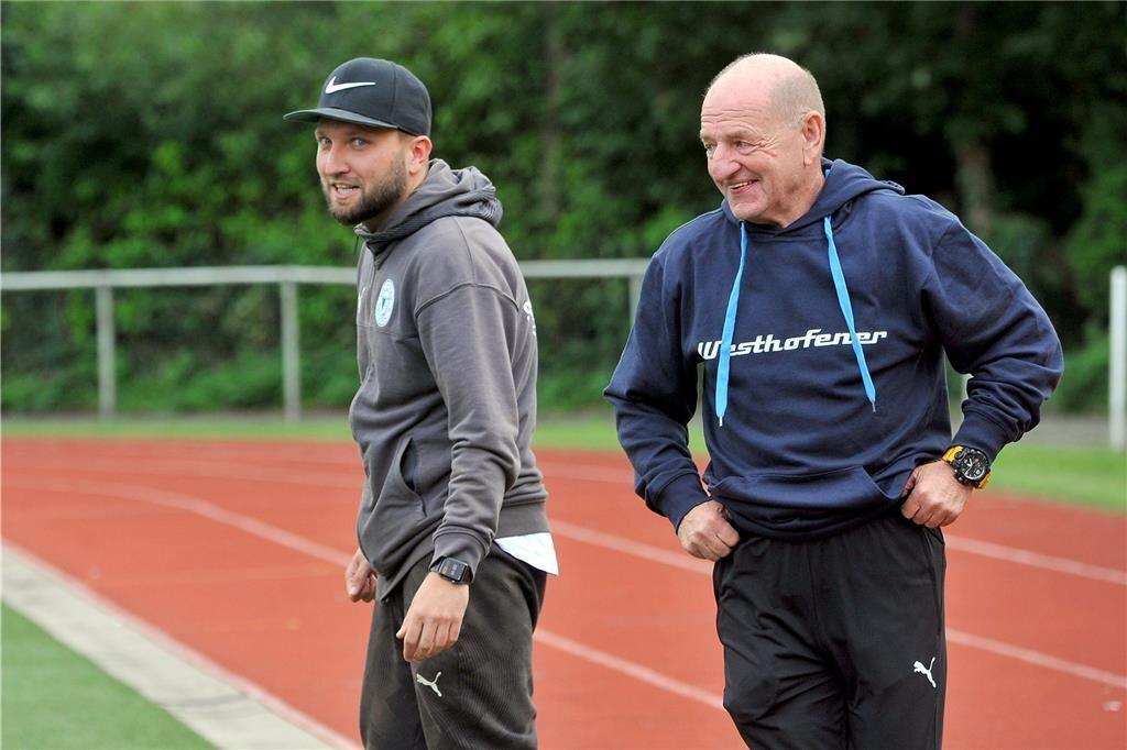 Gut gelaunt in die Saison 2021/22_ Lothar Huber (re.) und Christoph Pajdzik machen als Trainergespann des Fußball-A-Ligisten VfB Westhofen weiter.