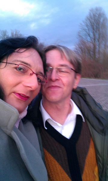 wir Beide - Christina und Franz Josef - beim Spaziergang in Ginsheim am Rheinufer im Dez. 2011