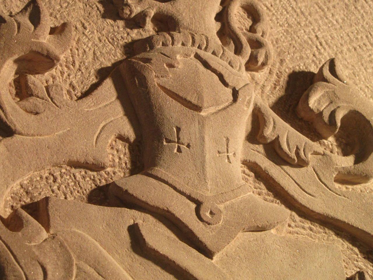 Detail eines Wappens, der Helm.