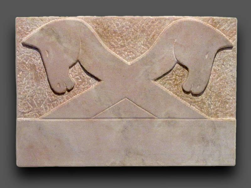 Namensschild, Sandstein, gekreuzte Pferdeköpfe