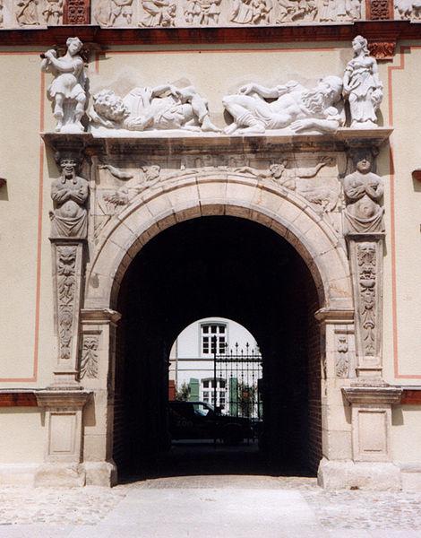 Bildhauer Frank Döhler, Figurengruppe aus Sandstein über dem Portal des Wismarer Fürstenhofes