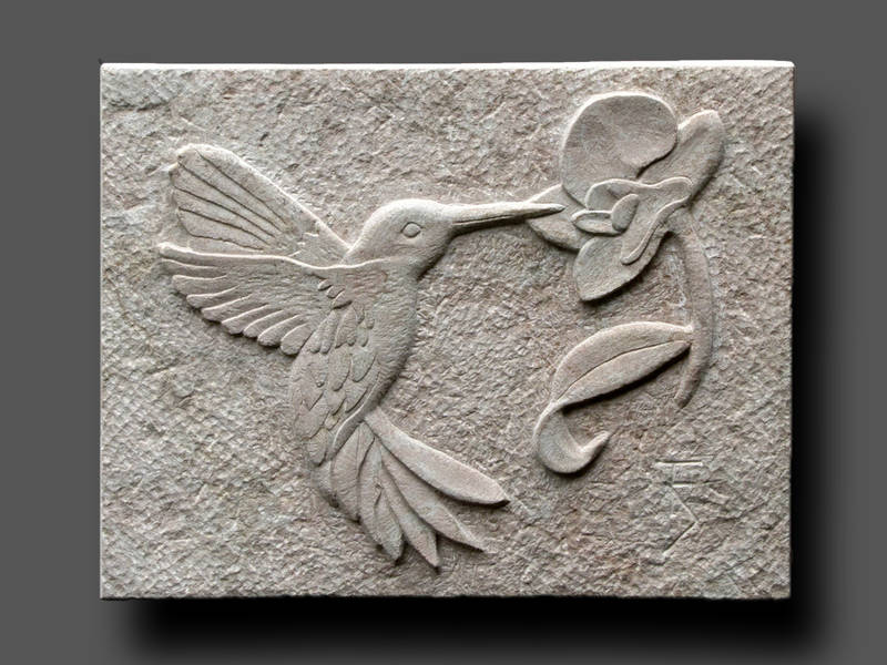 Relief Kolibri an Orchidee, Sandstein