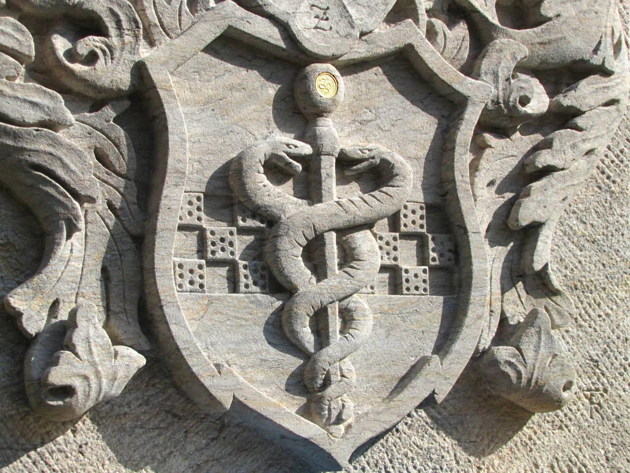 Wappendetail mit eingelegter Goldmünze