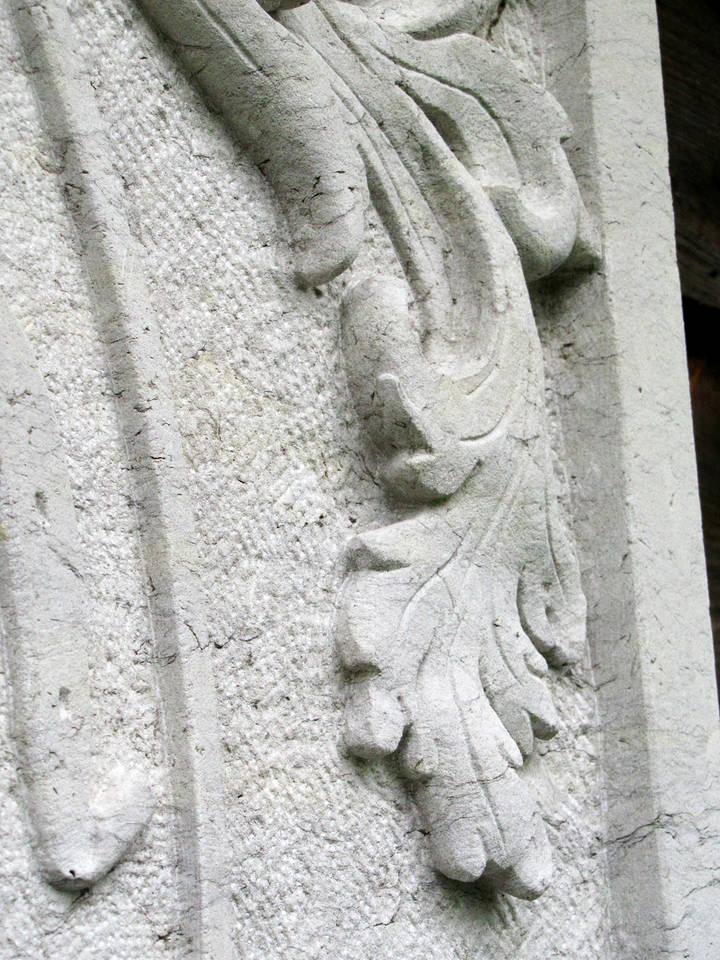 Detail einer Akanthus Ranke eines Familienwappens